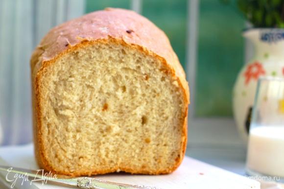Хлеб с очень хрустящей коркой, с вкраплениями кусочков лука, ароматный и мягкий.