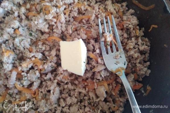 Добавить соль, перец и любую зелень (у меня укроп) и кусочек масла. Размять вилкой. Начинка готова.