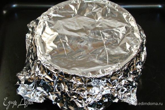 Тесто перелить в форму для выпечки, сверху накрыть фольгой и поставить в разогретую до 170–175°C духовку примерно на 50 минут. Готовность проверить шпажкой.