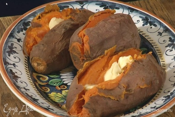 Горячий батат выложить на тарелку, надрезать вдоль, не прорезая до конца, и поместить в надрезы по 1 ч. ложке сливочного масла.