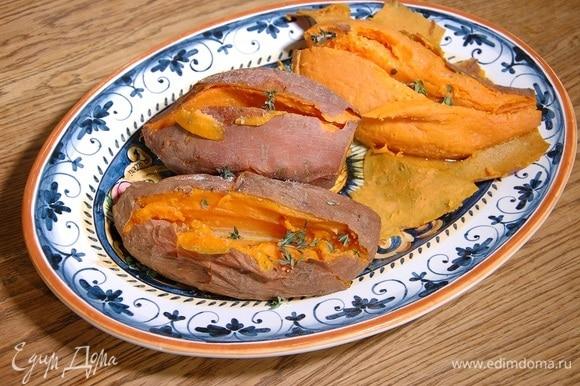 Картофель посолить, посыпать листьями тимьяна и сразу подавать.