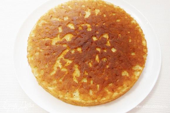 Теперь накрываем пирог подходящей по размеру тарелкой и опрокидываем пирог на нее.