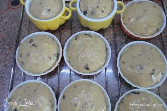 Формируем булочки примерно по 100 г. Выкладываем их в керамические формы, смазанные сливочным маслом. Даем расстояться минут 20–30. Смазываем смесью желтка с молоком и выпекаем в духовке, разогретой до 190°C, 20–25 минут.