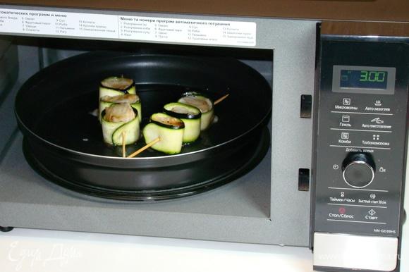 Запекать шашлычки при режиме «Гриль» в течение 10–12 минут.