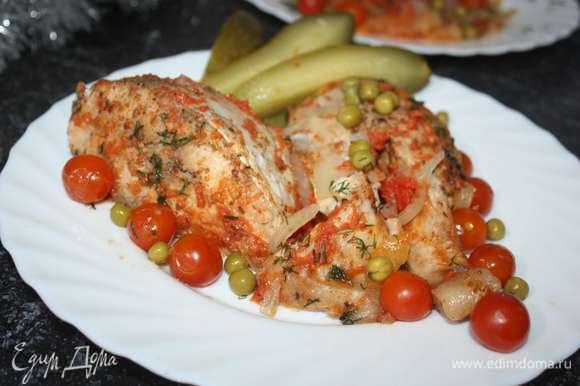 Готовую рыбу выложить на блюдо.