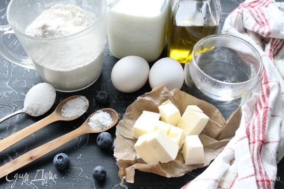 Подготовьте все ингредиенты. Молоко подогрейте, оно должно быть теплым. Яйца вымойте и оботрите.