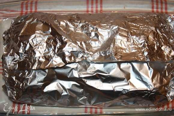 Заворачиваем плотно фольгой. Отправляем в заранее разогретую до 200°C духовку на 30 минут.