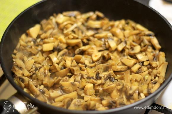 Пока приготовим начинку. Грибы режем соломкой и обжариваем с луком на растительном масле до готовности.