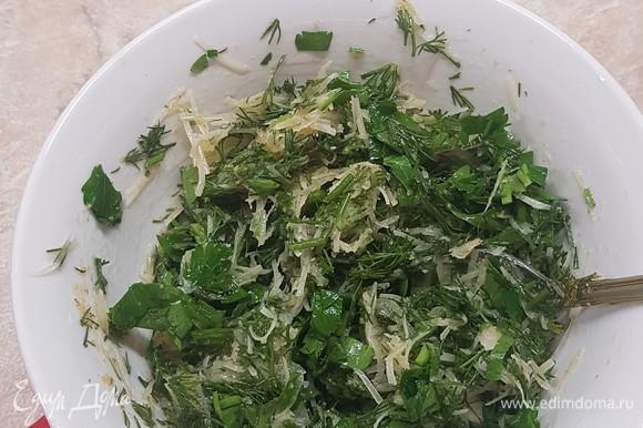 Пока готовятся голени, надо сделать посыпку. Зелень мелко нарезать, пармезан натереть на мелкой терке. В тарелке смешать сушеный чеснок, масло, зелень и пармезан. Все хорошо перемешать, даже можно немного помять. Попробовать на соль. Хотя пармезан сам по себе соленый, и я не добавляла соль.