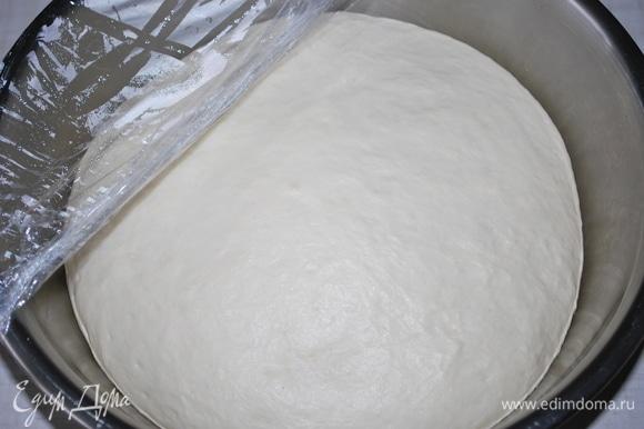 Тесто подошло, оно очень мягкое и нежное. Разогрейте духовку до 180°C.