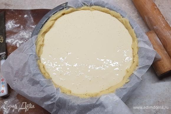 В приготовленную основу вылить начинку. Поставить в духовку и выпекать 50 минут при температуре 170°C.