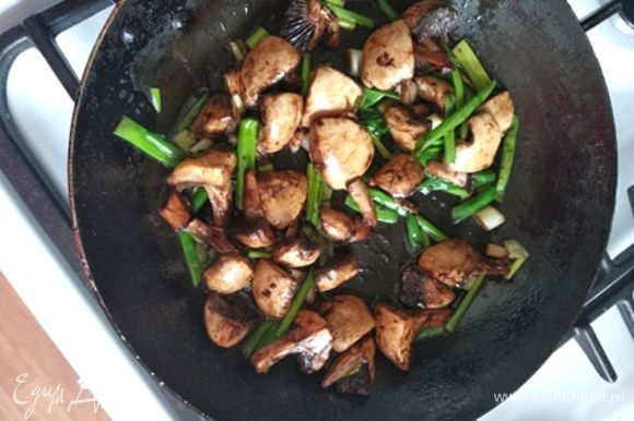 Грибы с луком обжарить в смеси оливкового и сливочного масла минут 7 до румяной корочки. Выложить на отдельную тарелку. Влить яйца в сковороду, где готовились грибы. Через минуту в центр или чуть ближе к краю выложить грибы. Готовить омлет, периодически приподнимая края, чтобы ровнее приготовился и не прилип. В конце приготовления согнуть омлет пополам или сложить с двух краев к середине. Приятного аппетита!