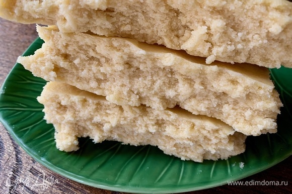 Тесто с рисовой мукой и холодным маслом выглядеть должно так. Если у вас масло растаяло — быстро тесто в холодильник, иначе по готовности крошиться и хрустеть оно не будет!