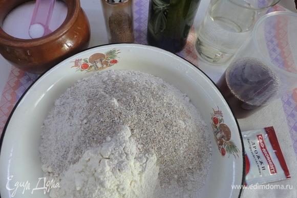 Оба вида муки просеять и соединить с отрубями, кориандром и солью. Высыпать в форму для запекания. Вылить сверху все жидкие ингредиенты, а дрожжи — в диспенсер.
