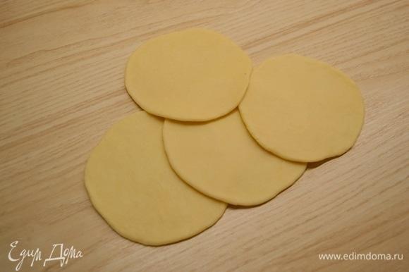 Тесто разделить на 10 кусочков по 50 грамм. Каждый кусочек раскатать в сочень толщиной примерно 2 мм.