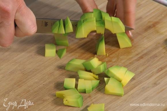 Заранее отварить фасоль. Авокадо, помидор и перец халапеньо нарезать небольшими кусочками.