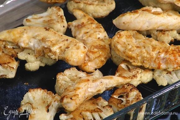 Достать капусту из духовки, на нее сверху выложить ломтики филе.