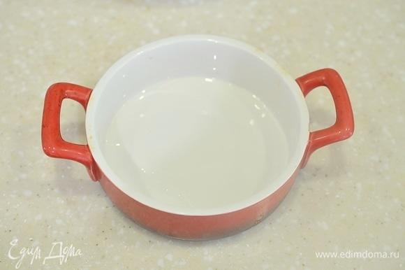 Посуду, пригодную для использования в микроволновке, смажьте маслом.