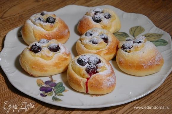 Выпекать булочки в разогретой духовке 20‒25 минут, затем посыпать сахарной пудрой.