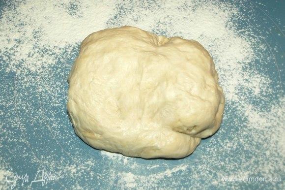 Готовим тесто. В теплом молоке растворяем дрожжи. Добавляем сахар и 100 г муки. Все хорошо соединяем. Ставим в теплое место на 30 минут. Когда опара увеличится, добавить соль, растительное масло и постепенно ввести оставшуюся муку. Замесить мягкое тесто. Ставим в теплое место на 1,5 часа. В течение этого времени надо несколько раз перевернуть тесто и примять.