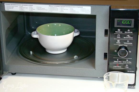 При полной мощности СВЧ-печи Panasonic NN-GD39HSZPE (1000 Вт) растопить сахар в течение 2–3 минут.