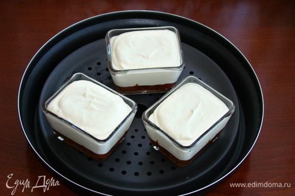 Сырную массу разложить по формочкам и установить в емкость комплекта Steam Plus Pot, так как чизкейк будем запекать на пару.