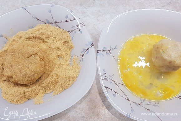 Подготовить две тарелки. В одну насыпать панировочные сухари, а в другую разбить и размешать 2 яйца. Сформировать котлеты. Сначала обмакнуть их в яйцо, а потом запанировать в сухарях.