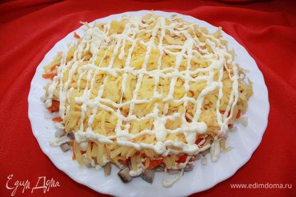 Затем — слой картофеля, натертого на крупной терке. И сверху — слой майонеза.