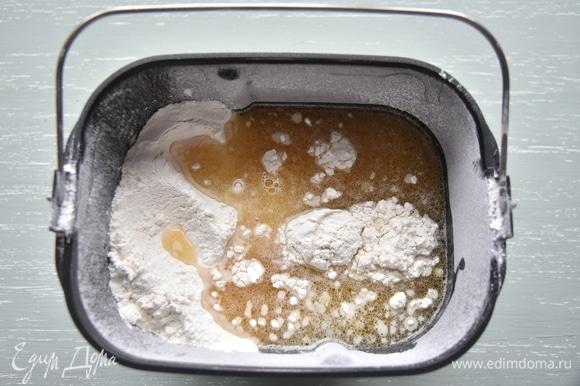 К муке добавить воду с растворенными в ней маслом, солью и медом.
