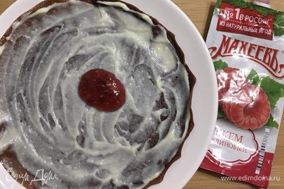 Сборка торта. Каждый блин намазать 1 ст .л. крема, сверху добавлять по 1 ч. л. джема ТМ «МахеевЪ».