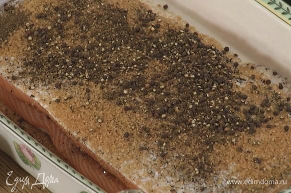Другой третью приправы присыпать дно жаропрочной керамической формы, выложить одно филе кожей вниз, на него поместить второе филе кожей вверх и посыпать оставшимся перцем с солью.