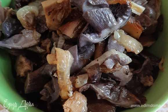Грибы нарезаем и обжариваем, добавим любимые специи, перец, соль и, конечно, лук.