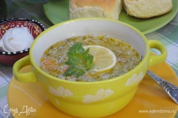 Постный суп подаем с кусочком лимона или лимонным соком и зеленью.