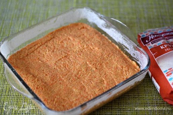 Выложить тесто в форму, хорошо разровнять.