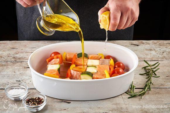 На деревянные шпажки нанижите, чередуя между собой, рыбу и овощи. Затем переложите в форму, посолите, поперчите, выдавите сок лимона, порвите веточку розмарина и налейте оливковое масло. Оставьте мариноваться на полчаса.