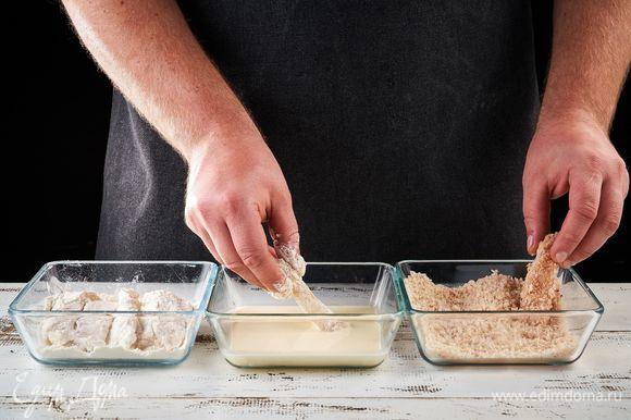 Обваляйте каждый кусочек рыбы сначала в муке, затем в сливках, а потом в панировочных сухарях.