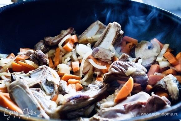 Добавьте к мясу нарезанную крупными брусочками морковь и лук, нарезанный четвертинками. Обжариваем, постоянно помешивая около 5 минут