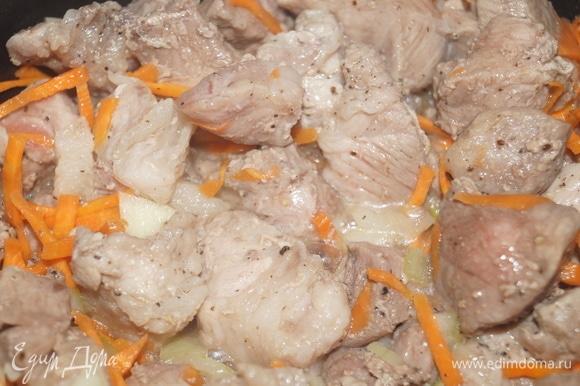 Добавьте к мясу лук, морковь, соль, специи. Перемешайте и жарьте на той же функции еще 15 минут при закрытой крышке, пару раз перемешайте, чтобы не пригорело.