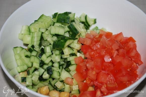 Огурец и помидор мелко нарежьте.