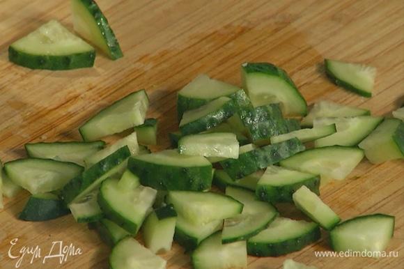 Огурец и помидоры черри мелко нарезать.