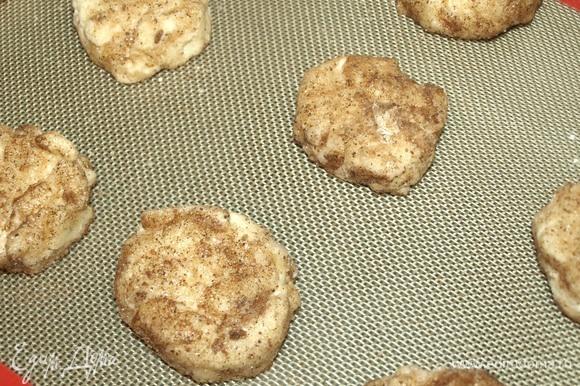 Кладем на противень, застеленный ковриком для выпечки или пекарской бумагой. Отправляем в заранее разогретую до 180°C духовку.