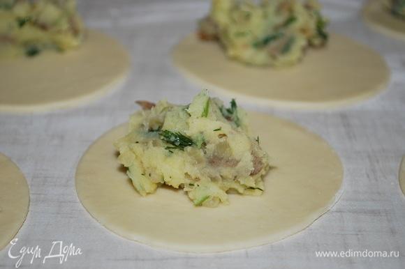 Раскатайте тесто и вырежьте кружки, добавьте начинку.