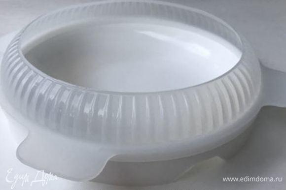 Самое интересное — это сборка. Берем форму силиконовую (18 см), ставим на поднос и выливаем часть шоколадного мусса — чуть меньше половины. Убираем в морозилку на 3–5 минут. На слегка упругий мусс выкладываем ровно по центру вишневое конфи. Выливаем сверху мусс так, чтобы только закрыть конфи. Далее — вырезанный круг бисквита, оставшимся муссом заполняем форму. Бисквит слегка утопить в муссе. Убираем на 12 часов или на ночь в морозилку.