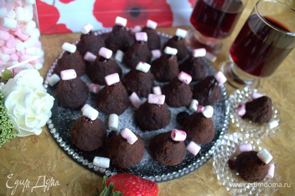 На верх конфетки капнуть немного джема и украсить мини-маршмеллоу.