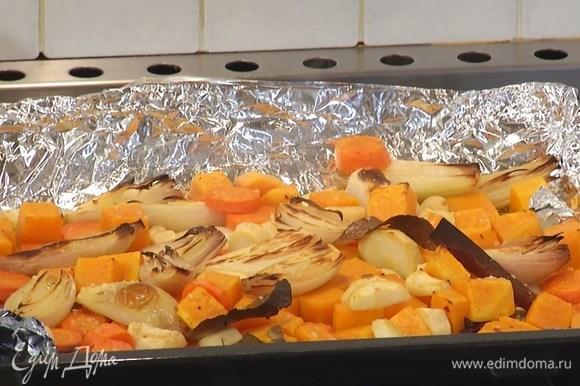 Запекать овощи под разогретым грилем 10‒15 минут, затем лавровые листья, гвоздику, корицу и бадьян удалить.
