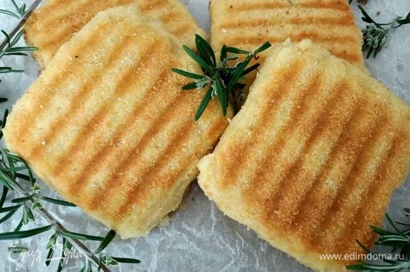 Обжарить на сковороде-гриль по 5–6 минут с каждой стороны, до золотистого цвета. Украсить розмарином. Приятного аппетита!