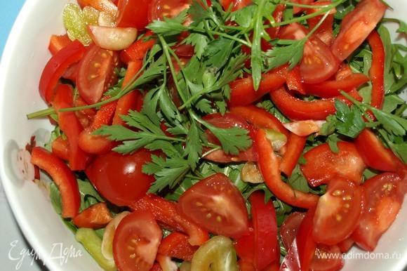 Соединяем все подготовленные продукты в салатнике.