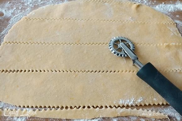 Рабочую поверхность посыпать мукой, раскатать тесто и разрезать на полоски шириной 3–4 см.