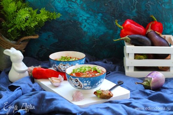 Паштет выложить в посуду для подачи, сверху можно посыпать паприкой через ситечко, кунжутными семечками, зеленым луком. Подавать со свежим хлебом.