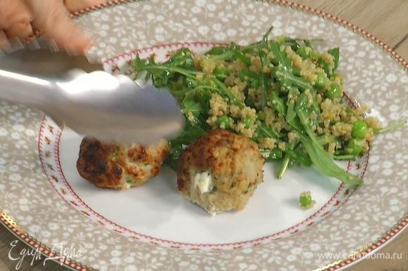Готовые митболы и салат выложить на большую тарелку и сразу подавать.
